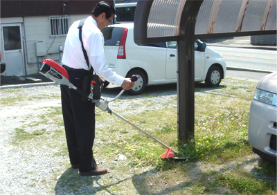 昼下がりに草を刈る会長